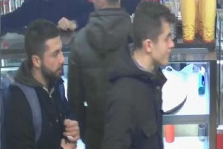 Pomozte policii dohledat dva muže na videu, kteří sprejovali Karlův most
