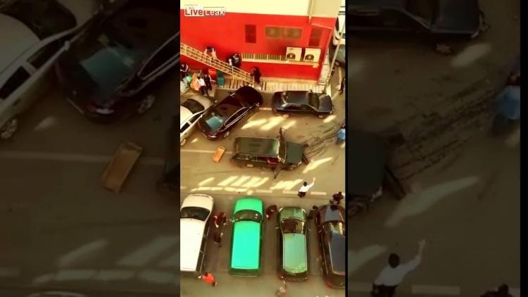 Takový běžný den v Turecku. Muž nabourával do aut, následně vytáhl mačetu a takto to dopadlo...