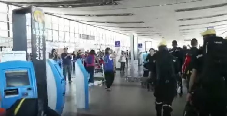 Tato situace z letiště v Chile se již rozšířila po celém světě! Neuhodnete, kdo jsou muži v černém...