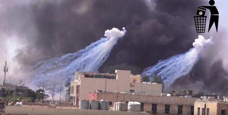 Koaliční letectvo vedené USA zasypalo teroristy v Sýrii zakázaným bílým fosforem