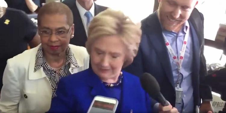 Důkaz, že Hillary Clinton někdo ovládá její mysl, cosi divného ji vypadlo z úst. Odstrašující video se šíří internetem