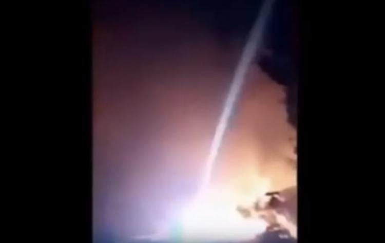Děje se něco šíleného. Neznámá vojenská síla použila laserové zbraně k ničení a tavení domů v Kalifornii