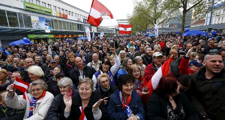 Odevzdat mobily a peníze. Nová rakouská vláda bude vůči imigrantům tvrdá.