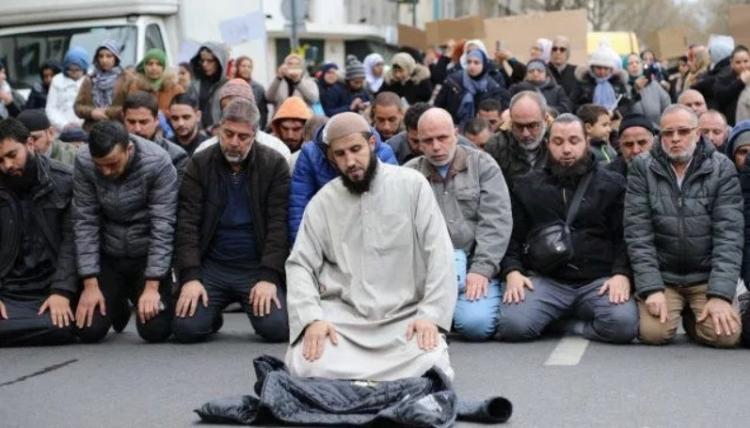 Pouliční muslimské modlitby ve Francii ano, promítání filmu o Ježíšovi studentům ne