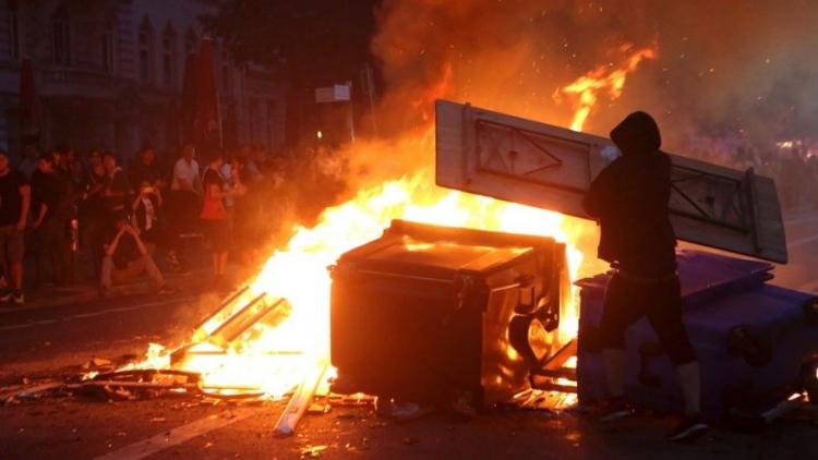 Peklo v Hamburku pokračuje. Lidé vykrádají banky a hází zápalné láhve, policie po nich střílí