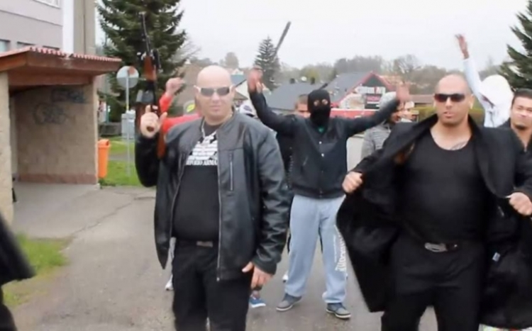 Je*u všechny zm*dy, vytáhnu na ně kalach… Romové založili bezpečnostní firmu a jejich propagační video smetlo internet