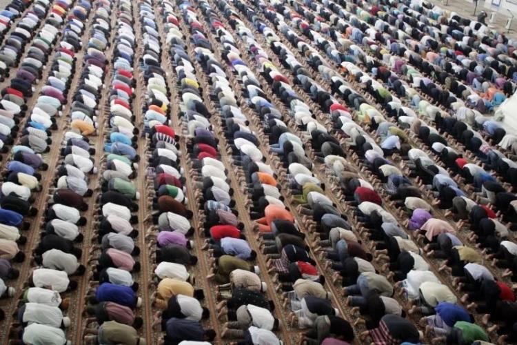 Sdílejte zakázaný dokument ČT, ve kterém se odvážný reportér vydal se skrytou kamerou do pražské mešity