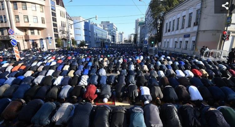 Až čtvrt miliónu muslimů obsadilo Moskvu