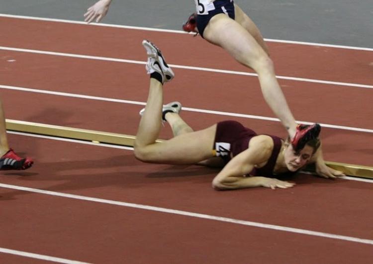 Běžkyně spadla během závodu a těžko uvěřit, co udělala poté...