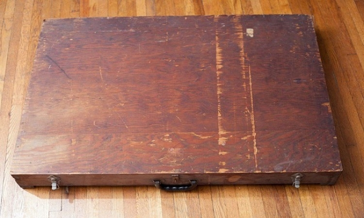 V popelnici byl nalezen tajemný kufřík. To, co našli uvnitř mnohé překvapilo...