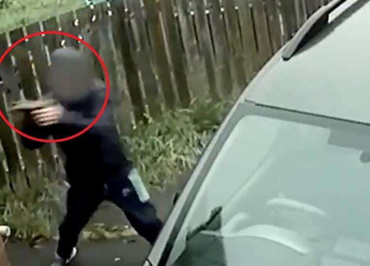 Zloděj se pokusil vykrást automobil, nestačil se divit, co následovalo...
