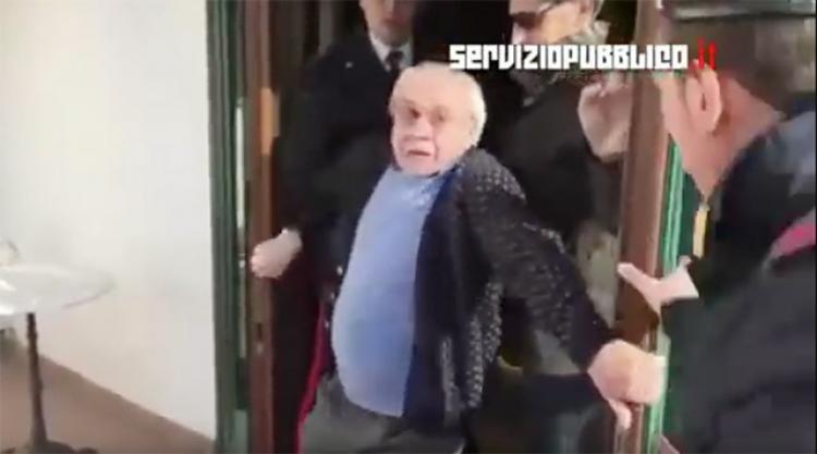 Šokující video: Italská policie přinutila 80letého majitele hotelu, aby proti své vůli ubytoval migranty a poté mu zabavila hotel
