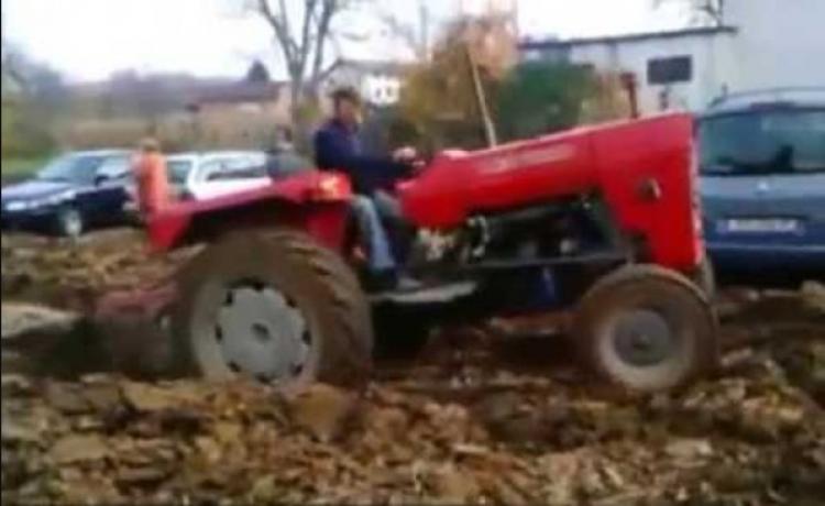 Lidé nechtěli přeparkovat svá auta z pozemku zemědělce. Ten se jim takto pomstil