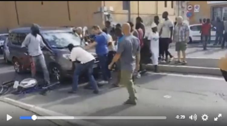 Itálie v chaosu. Migranti zatarasují silnice a vybírají poplatky za průjezd...