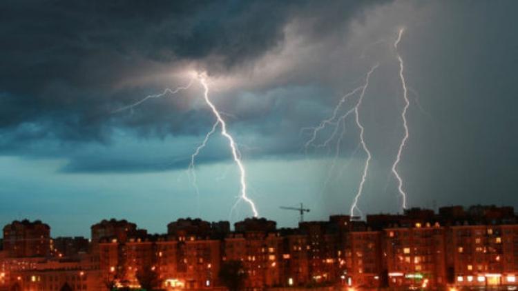Východ ČR zasáhnou velmi silné bouřky, kroupy mohou mít přes dva centimetry