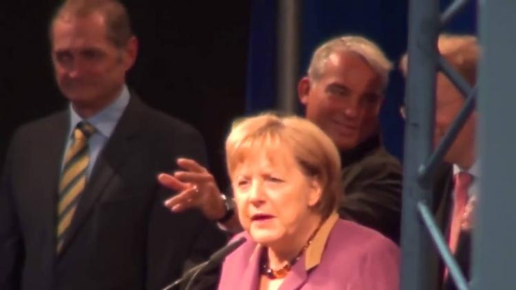 Video, které média cenzurovala se dostalo na veřejnost. Merkelová byla vypískána naštvaným publikem