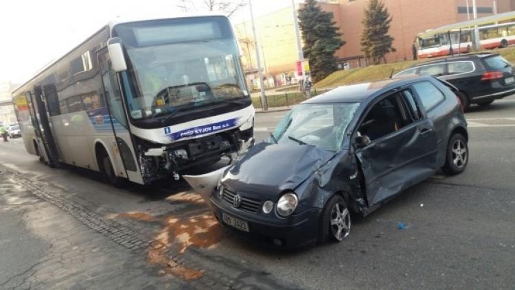 Šílený řidič autobusu v Brně se dvěma promile tlačil před sebou auto se ženou a dítětem