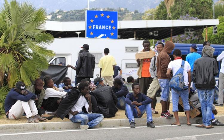Stovky migrantů zaútočily na italsko-francouzskou hranici, policie měla plné ruce práce...