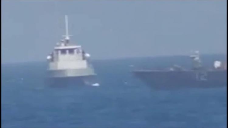 """Video odhaluje, jak americká loď """"s cílem provokace"""" střílí na íránské plavidlo"""