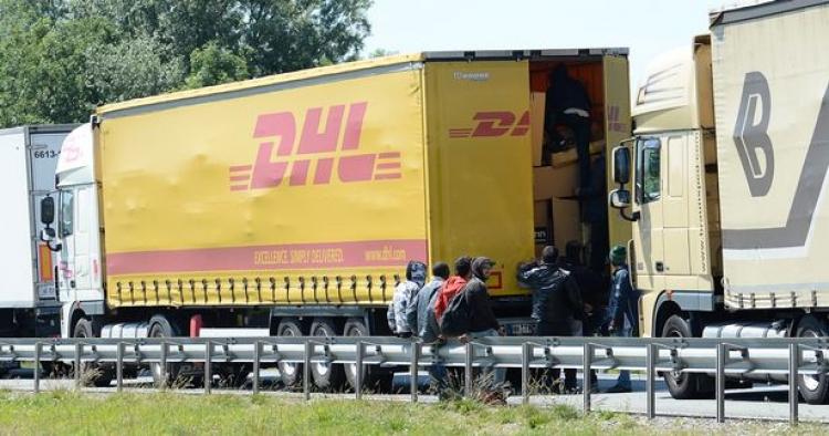 Komická situace v multikulturním Berlíně. DHL odmítá doručovat zásilky do některých ulic. Sen našich sluníčkářů se naplňuje a nevinní lidé trpí