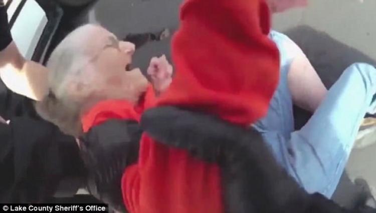 Zásah amerických policistů kvůli dluhům: vykázali z domova důchodců 93letou Američanku
