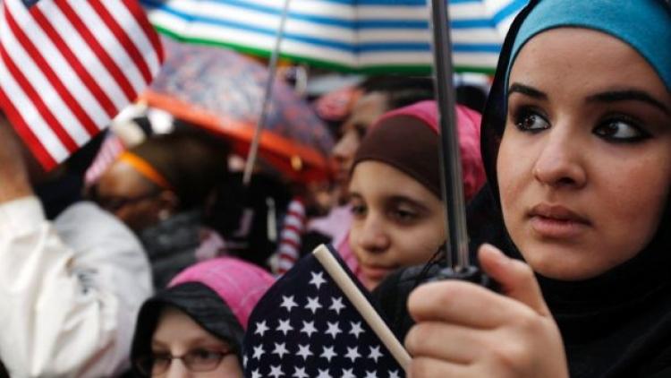 Přednášky na škole o pozitivech multikulturní společnosti a islámu vyvolaly rozruch. Protestujícím rodičům vyhrožuje sociálka