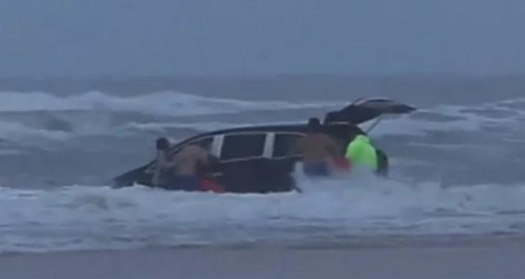 Když spatřil auto s dětmi, které mizelo ve vlnách, neváhal a okamžitě jim běžel na pomoc