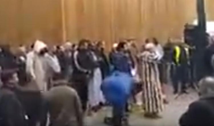 Francouzi z pařížského předměstí odmítají údajné muslimské roztahování, do jejich modlitby zpívají La Marseillaise