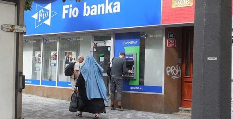 Muslimka vyhnala lidi z banky! Nejsme připraveni na multikulturní společnost, natož na nějaké uprchlíky!