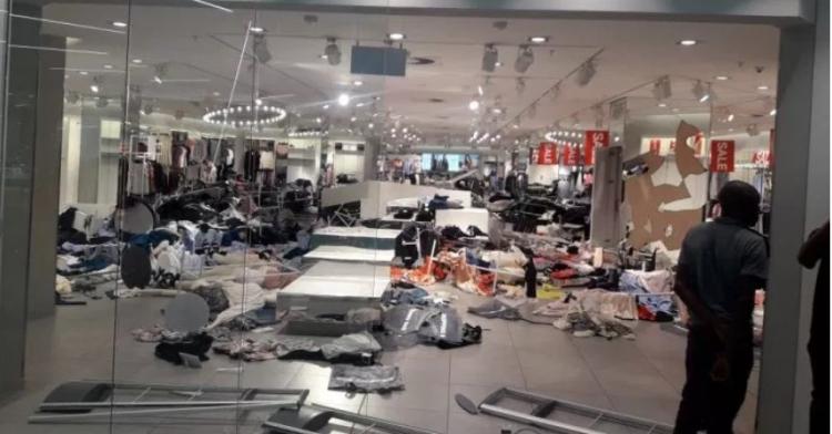 Situace se vymyká kontrole. V Africe demolují obchody řetězce H&M kvůli skandálu s opičím tričkem