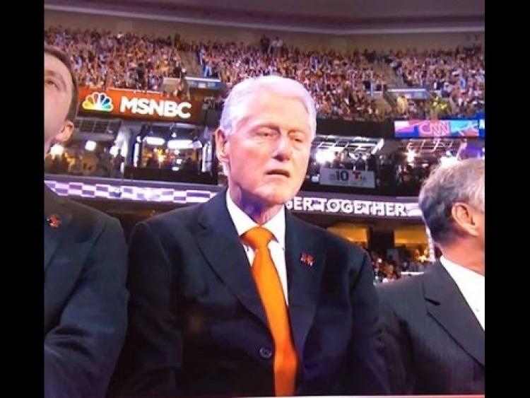 Co se stalo Billu Clintonovi při projevu jeho manželky? Obličej podivně zatuhl a nevnímal okolí...