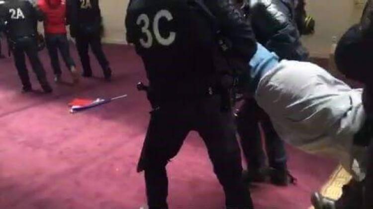 Muslimové neoprávněně proměnili budovu v mešitu. Policie je musela násilím vynést a takhle to dopadlo
