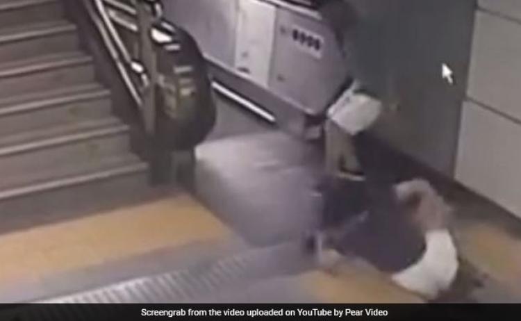 V čínském metru se žena propadla do země