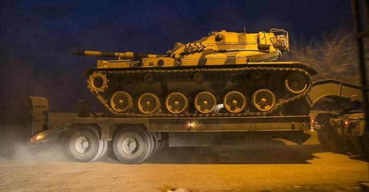 Turecko přesunulo vojenskou techniku na hranici se Sýrií