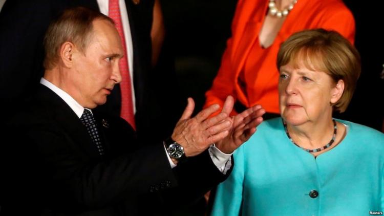 Ze slunečného Soči odjela kyselá Merkelová...