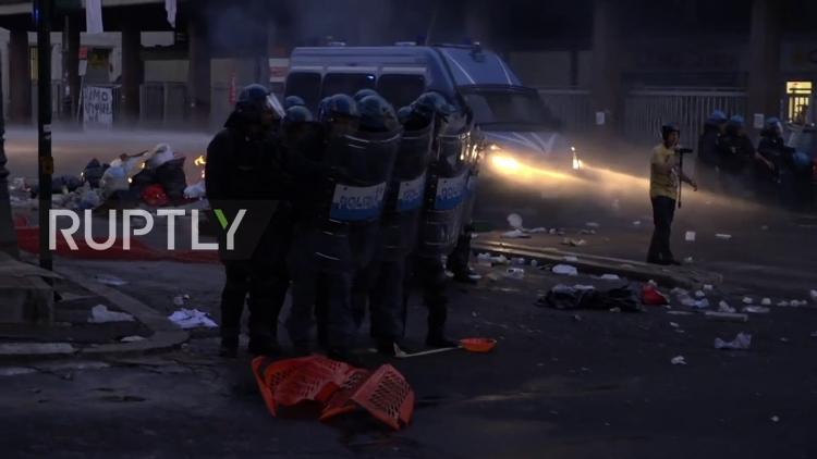 Policie a armáda v Itálii je v koncích. Ulice jsou pod kontrolou afrických gangů. Roli bezpečnostních sil přebírá mafie...