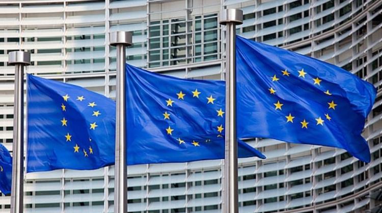 Občané budou tedy díky této zrůdnosti z Bruselu, kterou zavádí vláda, připraveni nejen o svá práva, ale i o své majetky. Vědec varuje