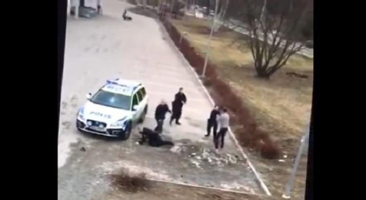 Švédská policie v akci. Scéna s naštvaným migrantem baví celý svět