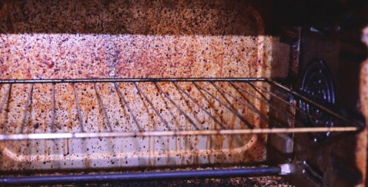 Jak vyčistit troubu a mikrovlnku bez chemie? Použijte starou dobrou klasiku
