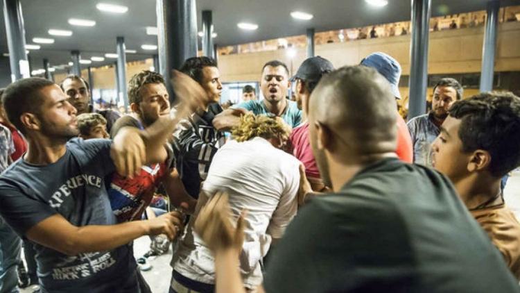 Německo opět na nohou: Tisíc uprchlíků útočilo na ženy a policisty