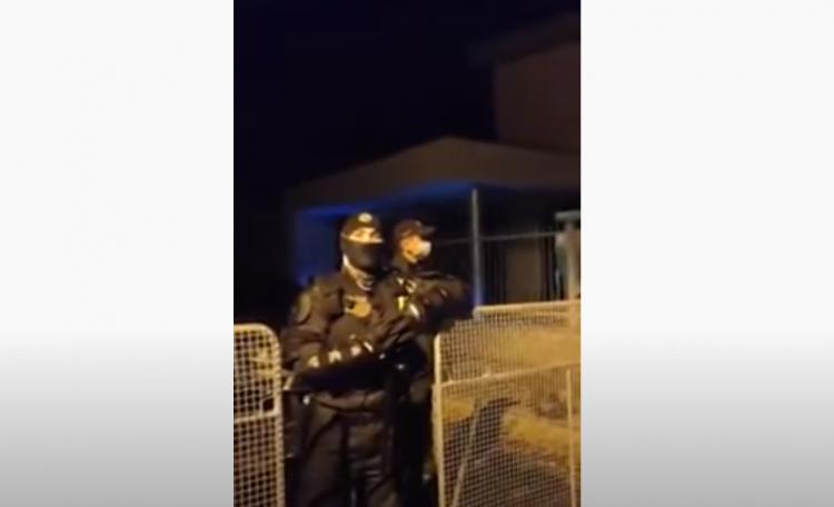 Policie uzavřela ulici, kde bydlí Matovič a na přístupové cesty umístila ocelové zábrany. Pak promluvila tato žena...