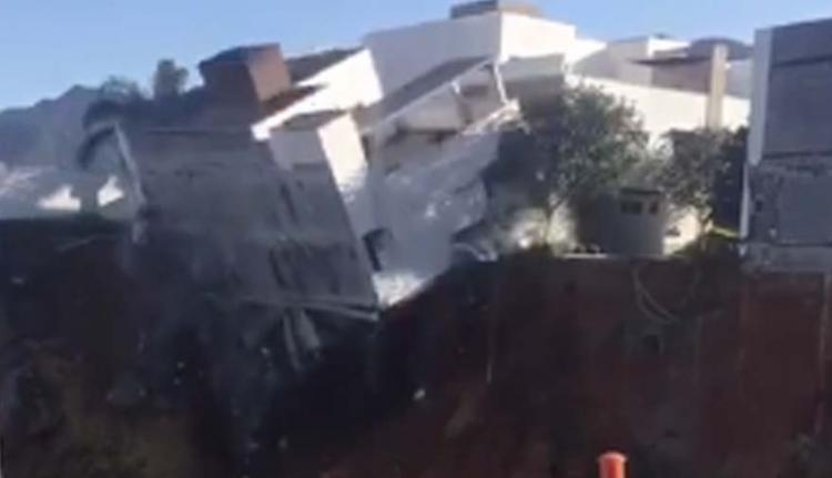 V Mexiku se tři obytné domy propadly do jámy. Vše zaznamenala kamera