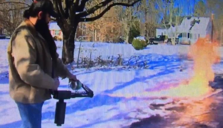 Úklid sněhu po americku. Obyvatel státu Virginie překvapil uživatele po celém světě