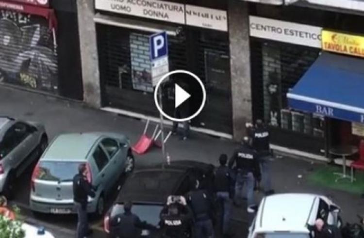 Panika v Miláně. Ozbrojený Afričan ohrožoval kolemjdoucí. Policie musela střílet
