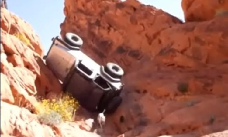 Nepodařené pokusy terénních vozů při stoupání. Vše dopadlo jinak, než majitelé vozidel předpokládali