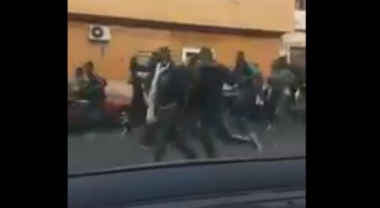 Invaze pokračuje. Stovky uprchlíků se ženou městečkem po zdolání španělské enklávy, pohraniční stráž byla zraněna
