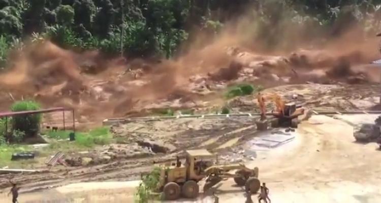 Vlna smetla vše z protržené přehrady v Laosu. Podívejte se na unikátní záběry
