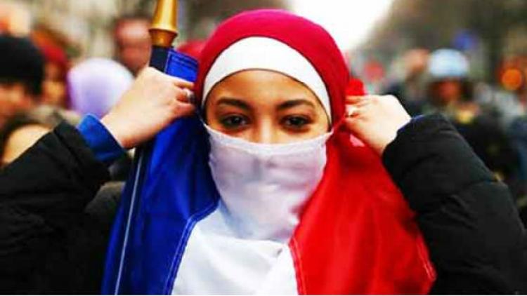 Francouzští vládní politici prý plánují oficiálně předat část Francie nadvládě muslimů. Čech žijící v Paříži podává děsivé svědectví