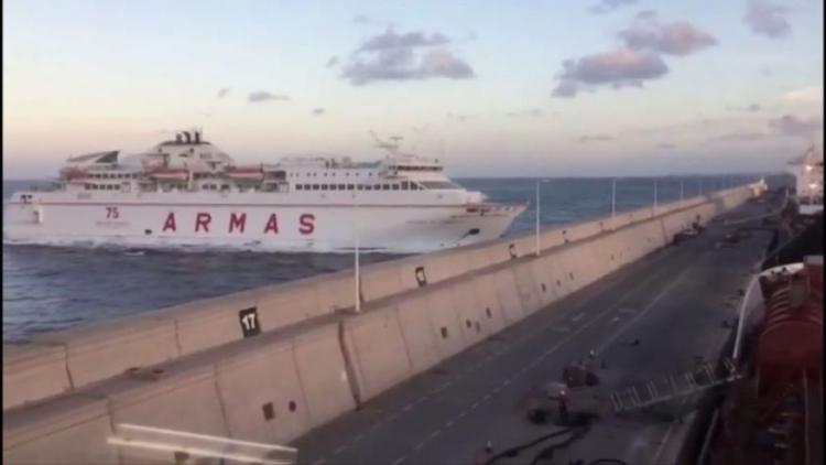 Trajekt narazil na Kanárských ostrovech přímo do stěny přístavu. Vše zaznamenala kamera