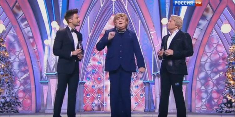 """""""Angela Merkelová"""" řádila s balalajkou v novoročním pořadu ruské televize. Parodie, která pobaví"""